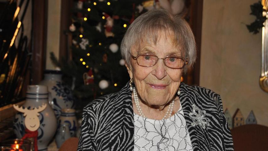 Frieda Leyrer steht bei jedem der zahlreichen Gäste auf, um die Glückwünsche entgegenzunehmen – und auf den bereitgestellten Sekt und die kleinen Häppchen zu verweisen. Das ist zunächst einmal nicht unbedingt etwas Besonderes, wird es aber, wenn ihr Alter ins Spiel kommt. Ihr Geburtsjahr: 1919. Die älteste Einwohnerin Ebermannstadts feierte ihren 100. Geburtstag bei erstaunlicher körperlicher und geistiger Frische. Seit 1966 wohnt die Jubilarin in Ebs. Geboren und aufgewachsen ist sie in Westmittelfranken. Ihre Eltern hatten einen Schmiedebetrieb in dem kleinen Weiler Leidendorf im heutigen Landkreis Ansbach. Im Kriegsjahr 1941 siedelt sie nach Nürnberg um, wo sie nach Abschluss der Handelsschule eine Arbeitsstelle bei der Bäckerinnung antreten konnte. In der fränkischen Metropole lernte sie die Schrecken der Bombenangriffe kennen – und machte sich wenige Wochen vor Kriegsende zu Fuß auf den Rückweg nach Leidenbach. 1947 glückte ihrem Verlobten, Hermann Leyrer, die Flucht aus französischer Gefangenschaft, wenige Wochen später stand er vor ihrer Tür. Noch im selben Jahr folgte die Hochzeit.