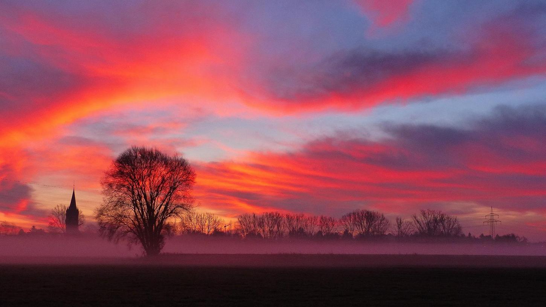 Ein farbenfroher Sonnenaufgang im sonst eher grauen November hat Leserfotograf Wilfried Wagner den Sieg im Fotowettbewerb beschert. Die nächste Runde im Wettbewerb läuft bereits.
