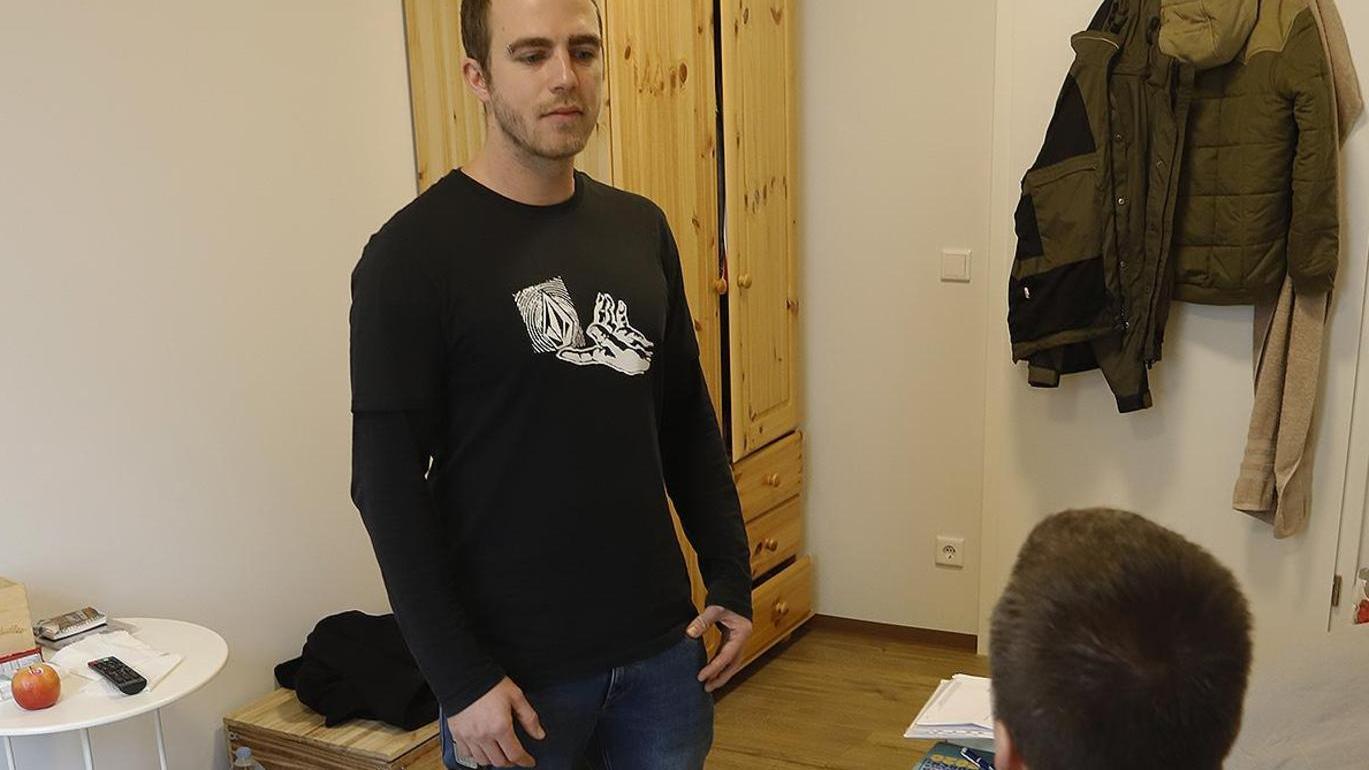 """Schlichtes Zuhause auf Zeit: Andreas M. (vorne) in seinem Zimmer in der neuen Wohngemeinschaft der """"Hängematte"""", hier im Gespräch mit Suchttherapeut Uwe Kartmann."""
