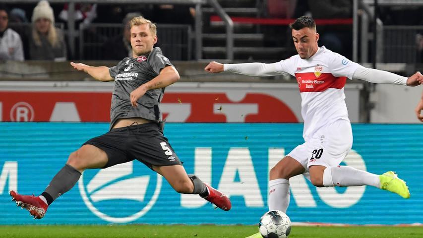 In der Anfangsphase entwickeln die Gastgeber schnell ein spielerisches Übergewicht. In den ersten Minuten spielt sich die Partie fast ausschließlich in der Hälfte des 1. FC Nürnberg ab.