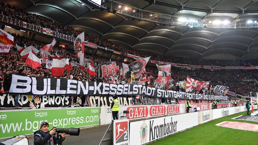 Die Unzufriedenheit mit ihrem Verein ist auch bei den Fans des VfB Stuttgart derzeit groß. Nach dem Führungstreffer des FCN kommen von den Rängen die ersten Pfiffe – eine Situation, die man auch in Nürnberg kennt.