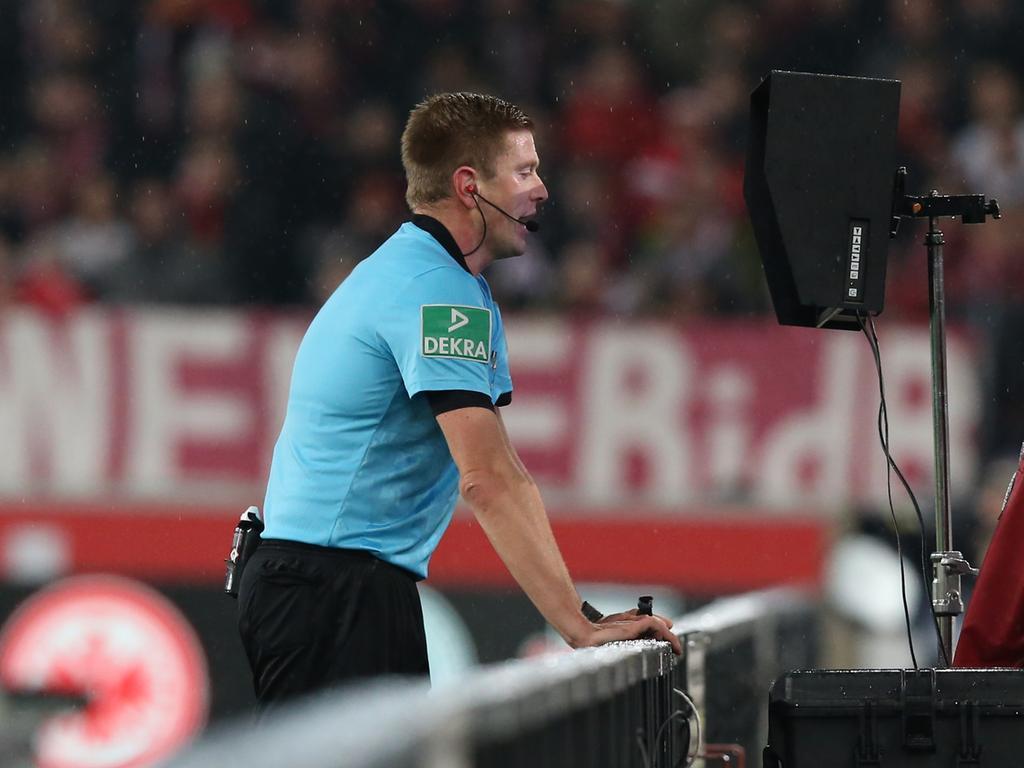 09.12.2019 --- Fussball --- Saison 2019 2020 --- 2. Fussball - Bundesliga --- 16. Spieltag: VfB Stuttgart - 1. FC Nürnberg Nuernberg FCN ( Club ) --- Foto: Sport-/Pressefoto Wolfgang Zink / DaMa --- ..DFL regulations prohibit any use of photographs as image sequences and/or quasi-video ---......Robert Schröder (Schiedsrichter) prüft Szene zu vermeindlichem Tor durch Wararu Endo (3, VfB Stuttgart ) im Videobeweis