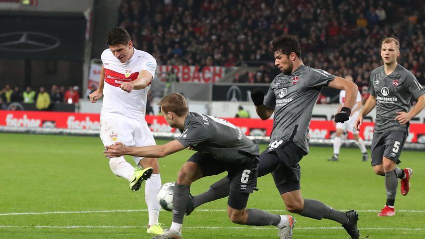 Kurz darauf liegt das Leder schon wieder im Netz des 1. FC Nürnberg.  Mario Gomez – dem schon in der Partie gegen Sandhausen drei Treffer wegen Abseitsstellung aberkannt wurden – hatte getroffen. Auch in der 34. Minute steht der Ex-Nationalstürmer ein paar Zentimeter im Abseits, der Linienrichter hebt die Fahne, das Tor zählt nicht.