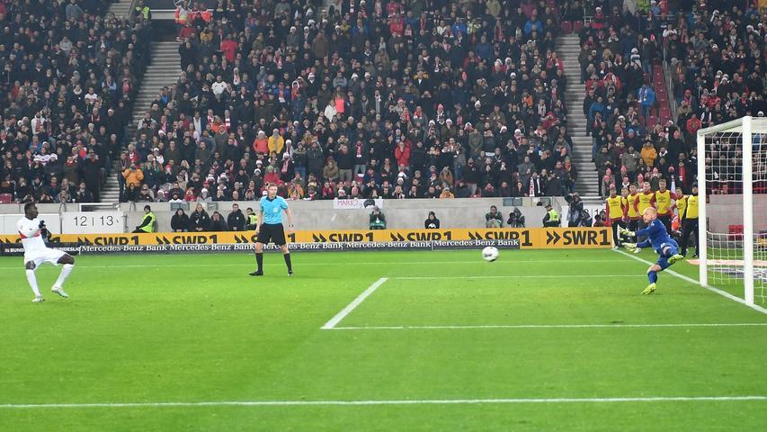 Schon wieder bemüht Schiedsrichter Robert Schröder den Videobeweis – diesmal zum Nachteil des Club. Enrico Valentini will köpfen, ist in der 57. Minute aber mit dem Unterarm am Ball, dementsprechend gibt es Elfmeter für die Gastgeber. Silas Wamangituka verwandelt eiskalt.