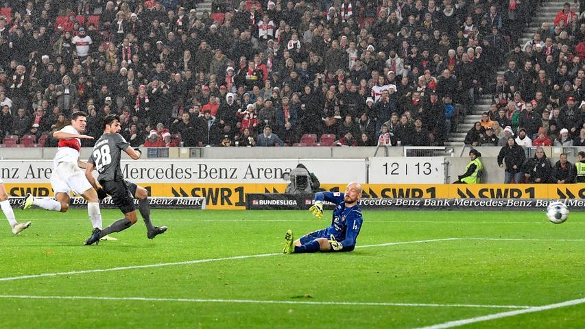 """Eine Minute später, bei den Fans des 1. FC Nürnberg hatte man Ausgleichstreffer noch nicht verdaut, belohnt sich Mario Gomez für seine starke Leistung. """"Sehr luftig verteidigt"""" – so beschreibt Sky-Kommentator Roland Evers treffend das Abwehrverhalten der Franken."""