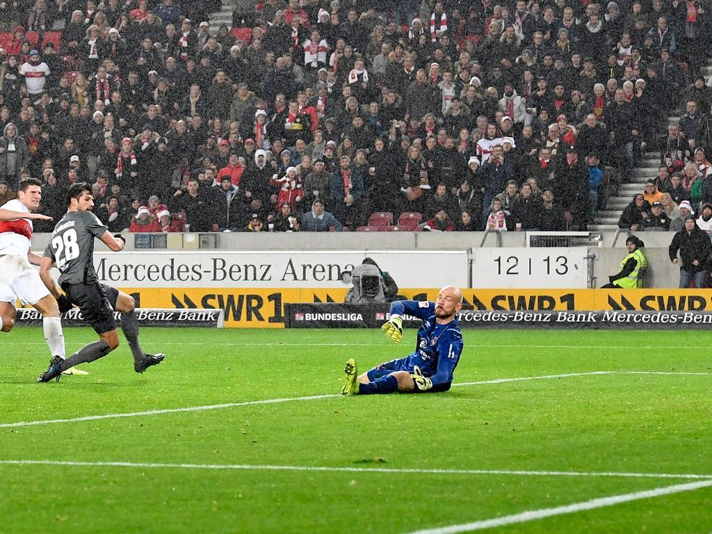 09.12.2019 --- Fussball --- Saison 2019 2020 --- 2. Fussball - Bundesliga --- 16. Spieltag: VfB Stuttgart - 1. FC Nürnberg Nuernberg FCN ( Club ) --- Foto: Sport-/Pressefoto Wolfgang Zink / WoZi --- .DFL regulations prohibit any use of photographs as image sequences and/or quasi-video ---...Mario Gomez (27, VfB Stuttgart ) erzielt Treffer Tor Torschuß zum 2:1 gegen Lukas Mühl Muehl (28, 1. FC Nürnberg / FCN ) Felix Dornebusch (21, 1. FC Nürnberg / FCN )