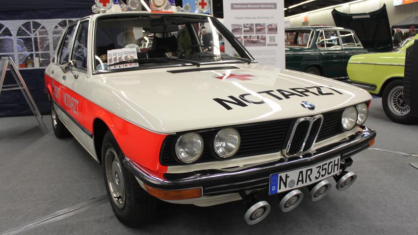 Einem Vorbild aus dem Jahre 1973 nachempfunden wurde dieser BMW 520 als Nürnberger Notarztwagen. Die Replik wurde im August 2019 fertig und gehört heute zur Oldtimersammlung des Rot-Kreuz-Museums.