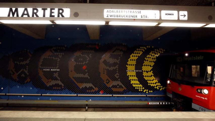 Namensgebend für die Haltestelle Hohe Marter ist eine Marterlsäule an der Schweinauer Hauptstraße. Einst stellte sie die Geleitsgrenze zwischen der Reichsstadt Nürnberg und dem Markgrafentum Ansbach dar. Heutzutage steigen dort viele Passagieren um - nämlich 8800 pro Werktag.