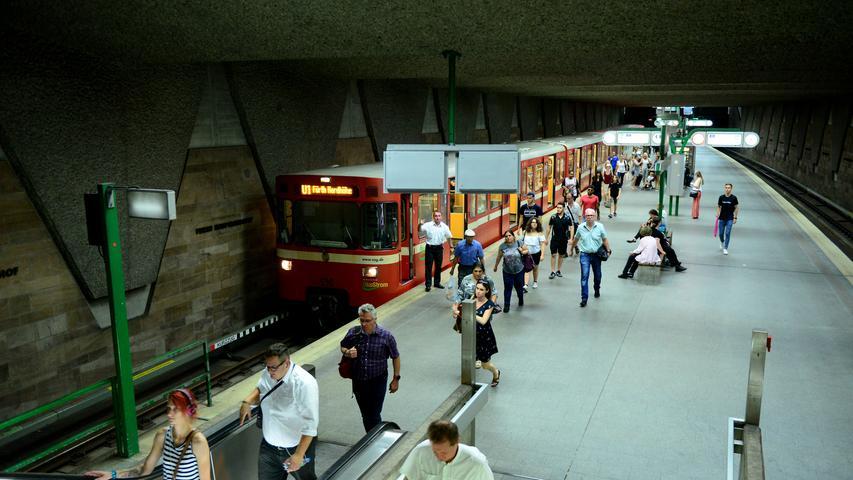 Die Bahnsteigwände an der Station Fürth Hauptbahnhof sind mit Cadolzburger Sandstein verkleidet. Über zehn Jahre war der U-Bahnhof die Endstation der Linie U1. 2019 nutzten 35.300 Passagiere werktags die Station zum Ein- und Aussteigen.