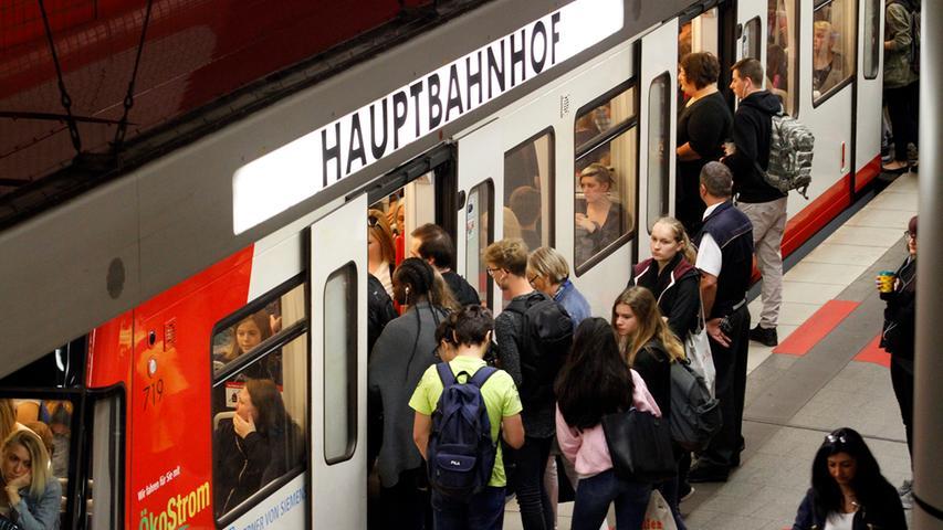 Wenig überraschend und mit deutlichem Abstand auf Platz eins landet der Hauptbahnhof Nürnberg. 137.300 Ein- und Aussteiger wurden 2019 pro Werktag dort gezählt.