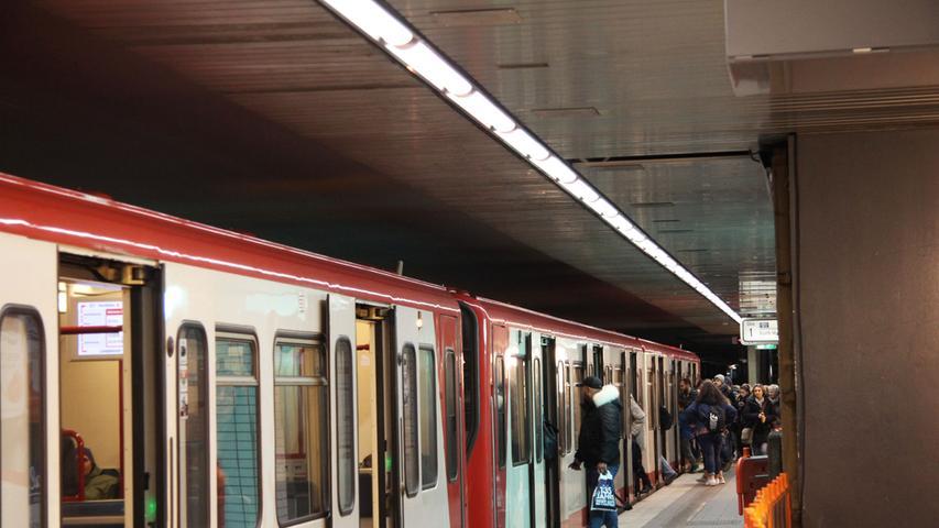 Der U-Bahnhof Langwasser Mitte war der dritte U-Bahnhof, der in der Nürnberger U-Bahn am 1. März 1972 eröffnet wurde. 18.500 Passagiere werden dort pro Werktag gezählt.