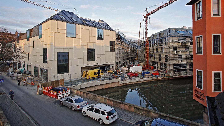 Blick von der Karlstraße auf die Augustinerhof-Baustelle und das neue Zukunftsmuseum: An dieser Ecke stand das marode Haus Karlstraße 4 mit dem historischen Erker, der beim Abriss denkmalgerecht geborgen wurde.