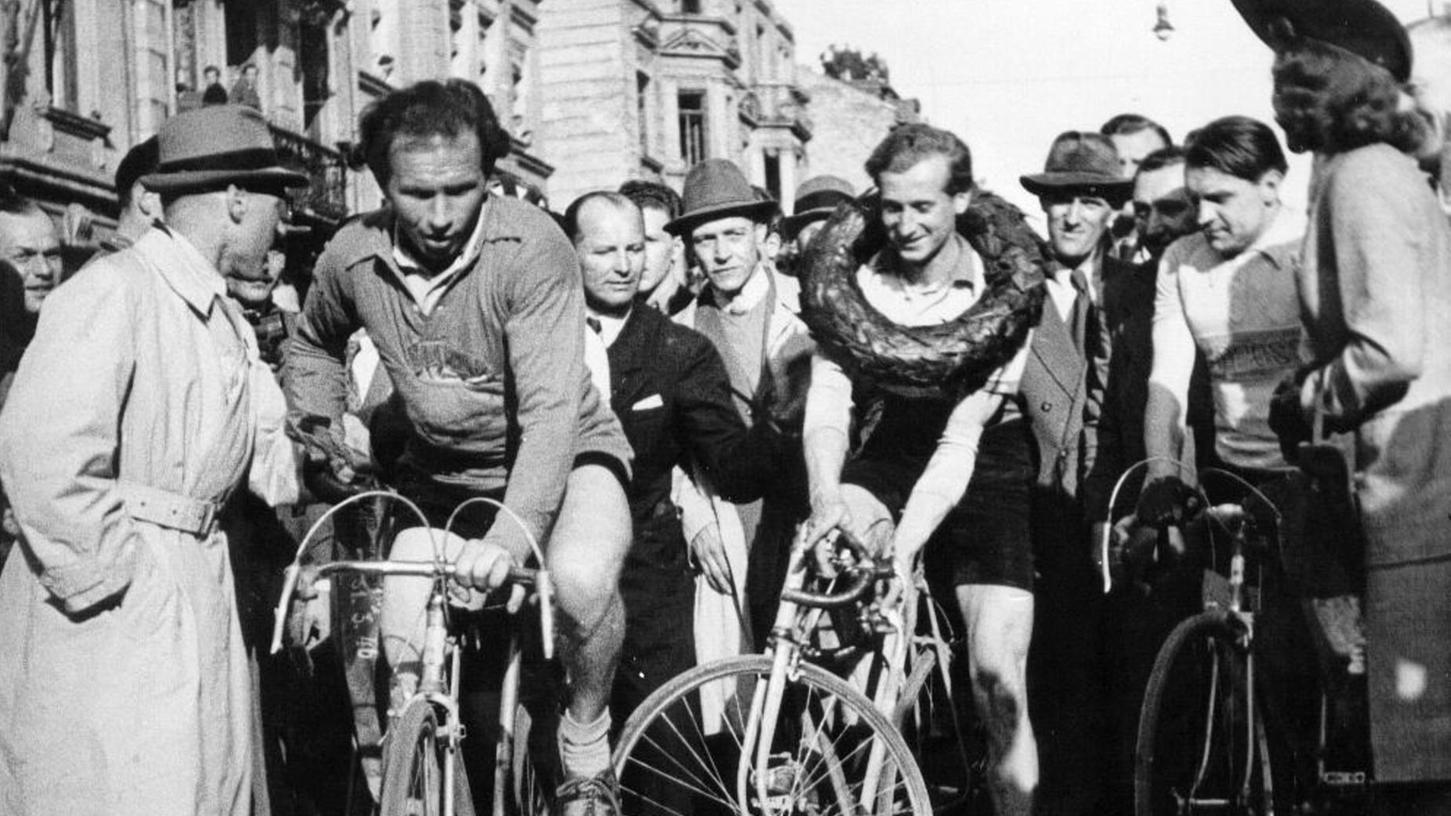 Siegerehrung in München am 31. März 1946: Links Sieger Karl Kittsteiner, der die Siegerschleife erhielt, die man auf dem Foto leider nicht sehen kann. In der Mitte Harry Saager aus Berlin, der als Zweiter, wie es damals üblich war, vom Sieger den Kranz bekam, und rechts als Dritter Nürnbergs Altmeister Fritz Scheller.