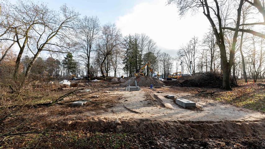 Die Anlage liegt unter Bäumen, neu versiegelt werden musste nicht, da alte Asphalt- und Betonflächen genutzt werden konnten.