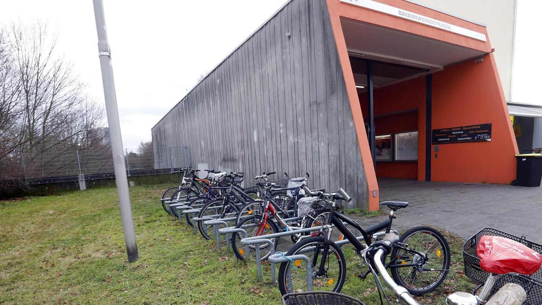 Auf dem kleinen Stück Wiese links des U-Bahn-Eingangs könnte sich Lorenz Gradl weitere Fahrradständer – vielleicht sogar überdacht – vorstellen.
