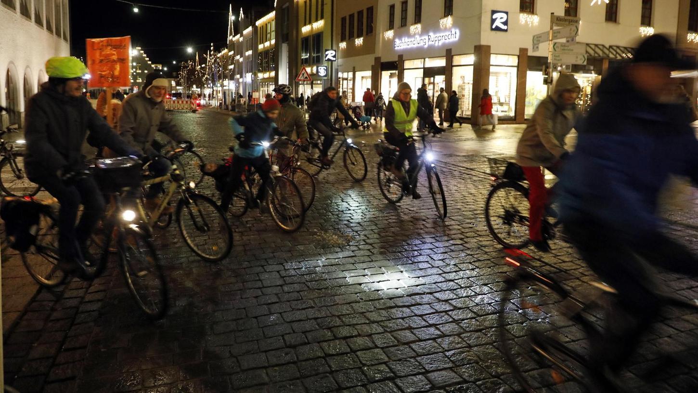 Mit Klingeling und gut beleuchtet fuhren die über 16 Radler der cirical mass vom Neumarkter Rathaus aus in den kalten Dezemberabend.