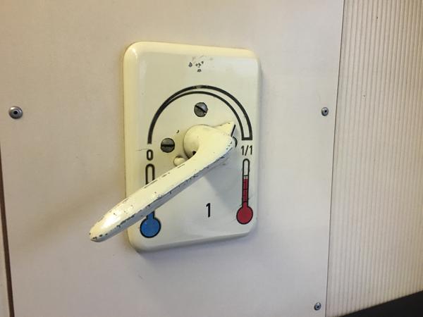 Mit einem Handhebel wird die Zugheizung im Abteil reguliert.