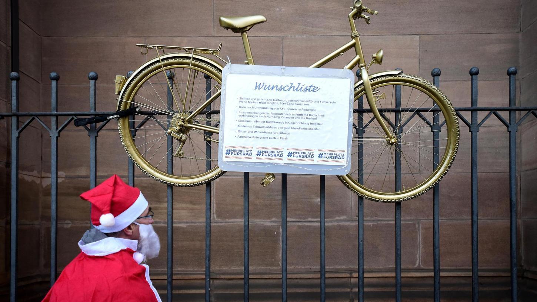 Schöne Bescherung: Der Weihnachtsmann studiert den Wunschzettel des ADFC.
