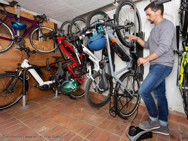 Eingelagert: Am besten schläft das Bike hängend - und horizontal (links) statt vertikal.