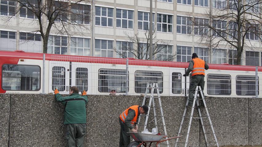 Als 19. U-Bahnhof wurde die Station in Eberhardshof im Juni 1981 eröffnet. 2019 stiegen pro Werktag 16.100 Fahrgäste ein und aus.