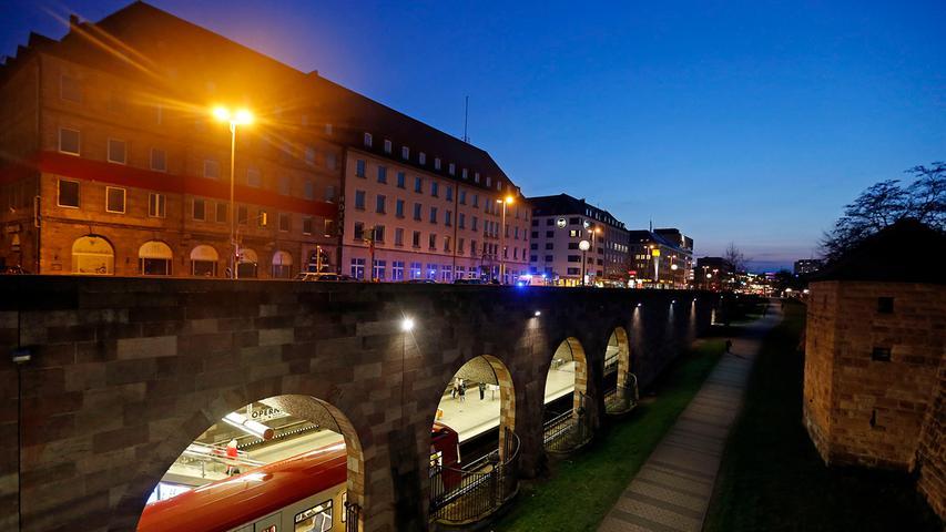 Zwischen den beiden wichtigsten U-Bahn-Knotenpunkten Nürnbergs, dem Hauptbahnhof und dem Plärrer, liegt die Haltestelle Opernhaus. Dort steigen jeden Werktag 14.900 Leute ein und aus.
