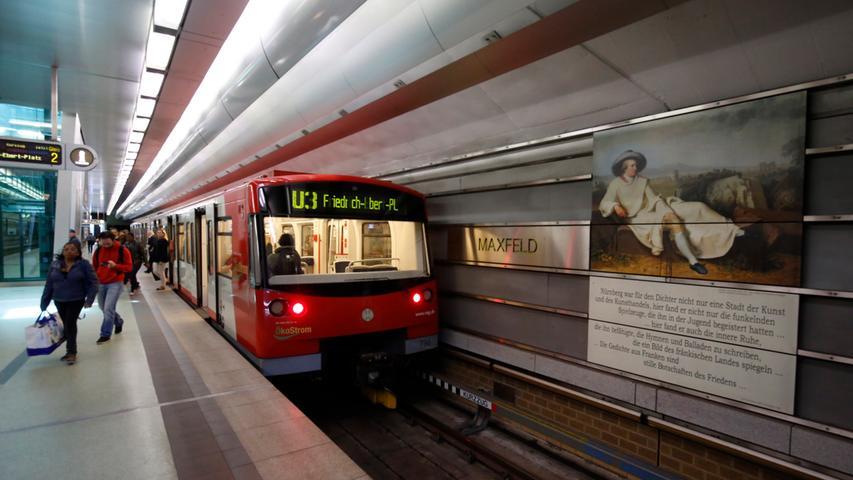 Zu Ehren von König Maximilian II. wurde diese Haltestelle Maxfeld genannt. 14.500 Fahrgäste nutzen die U-Bahn dort jeden Werktag.
