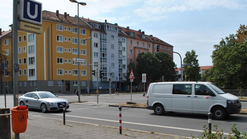 Der Maffeiplatz ist nach dem bayerischen Großindustriellen Joseph Anton von Maffei (1790–1870) benannt. 13.900 Fahrgäste steigen dort ein und aus.