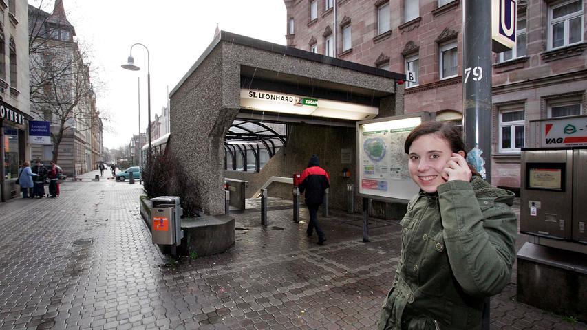 Am 28. Januar 1984 wurde der U-Bahnhof St. Leonhard eröffnet. Er wird von der Linie U2 abgefahren, die im Schnitt 12.200 Fahrgäste dorthin transportiert oder dort abholt.