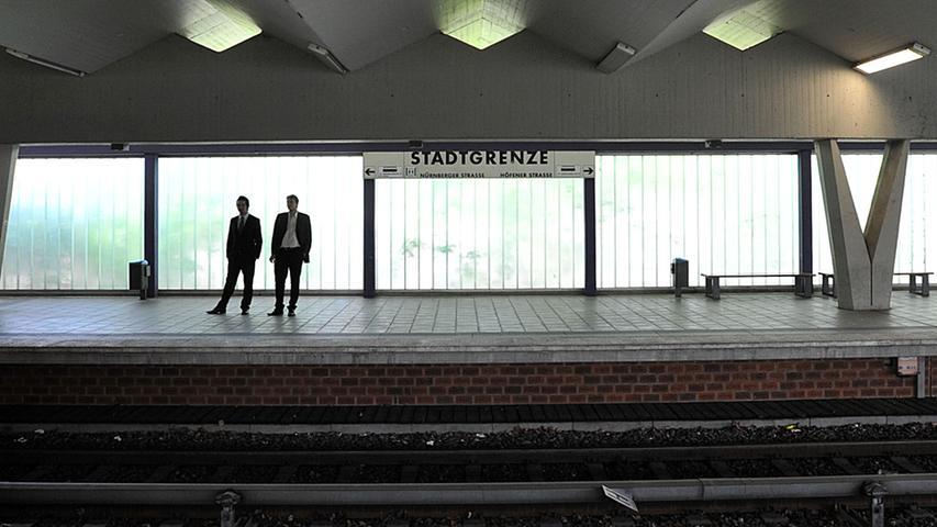Zunächst war die Haltestelle für die Straßenbahn geöffnet, 1981 erfolgte eine etwa einjährige Umbauphase, um sie auf U-Bahn-Standard zu bringen. 11.200 Menschen nutzen die Stadtgrenze auch heute noch.