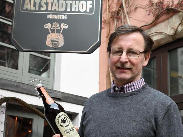 Reinhard Engel von der Hausbrauerei Altstadthof ärgert sich über die Werbe-Sprüche seines Mitbewerbers Tucher–Bräu.