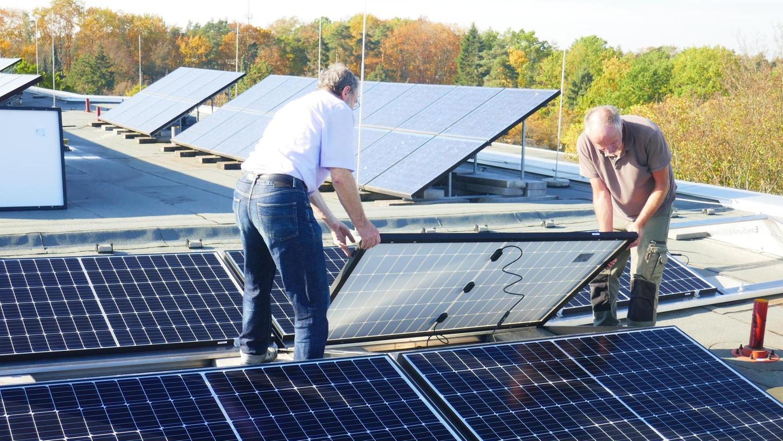 Die Solarmodule auf den Dächern des Albert-Schweitzer-Gymnasiums wurden seit 2001 durch immer neue ergänzt. Jetzt wurde eine zweite Schüler-Solaranlage installiert, so dass die Schule nun insgesamt 83,5 kW zur Verfügung hat.