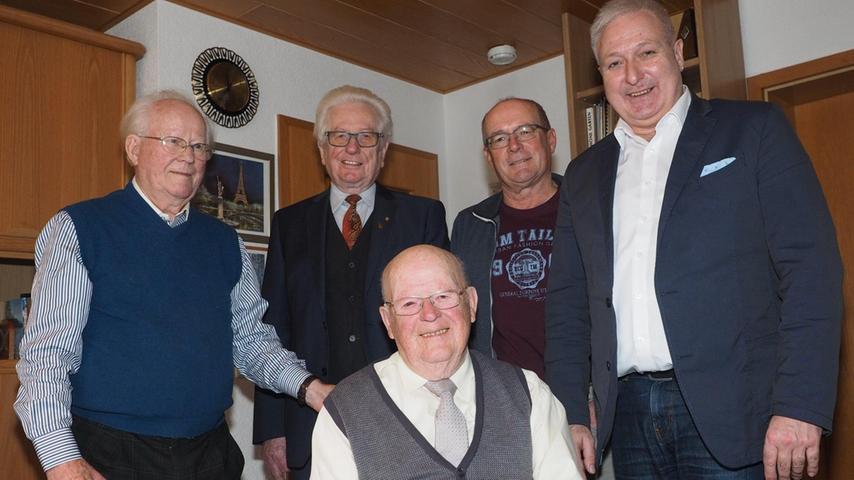 Richard Weiß aus Pegnitz (Mitte) hat gestern seinen 90. Geburtstag gefeiert. Der Jubilar wurde in Creußen geboren. Er wollte Berufsmusiker werden und ging auf die Musikschule Rothenburg. Daraus ist aber wegen des Ausbruchs des Zweiten Weltkriegs nichts geworden. Er begann eine Lehre zum Autoschlosser, ging zu KSB und wurde dort zum Maschinenschlosser ausgebildet. Bis zu seinem Ruhestand 1988 arbeitete Weiß bei KSB, zuletzt als kaufmännischer Angestellter. 1953 heiratete er und zog kurz darauf nach Pegnitz. Mit seiner vor vier Jahren verstorbenen Frau Anna hat Weiß zwei Söhne. Zur Familie zählen auch vier Enkel. Die Liebe zur Musik hat Weiß behalten. Er spielte im Posaunenchor in Creußen und dirigierte über 20 Jahre das KSB-Werksorchester. Zu seinen Hobbys zählt auch das Modellsegelfliegen. Zum Geburtstag gratulieren unter anderem (stehend von links) Bruder Heinrich, Cousin Roland Weiß, Sohn Reimund und Bürgermeister Uwe Raab.