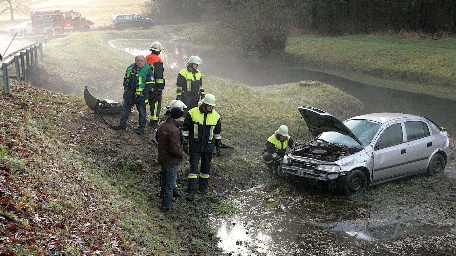 Glück im Unglück: Die 27-Jährige landet mit ihrem Auto neben dem Weiher auf der überfluteten Wiese.