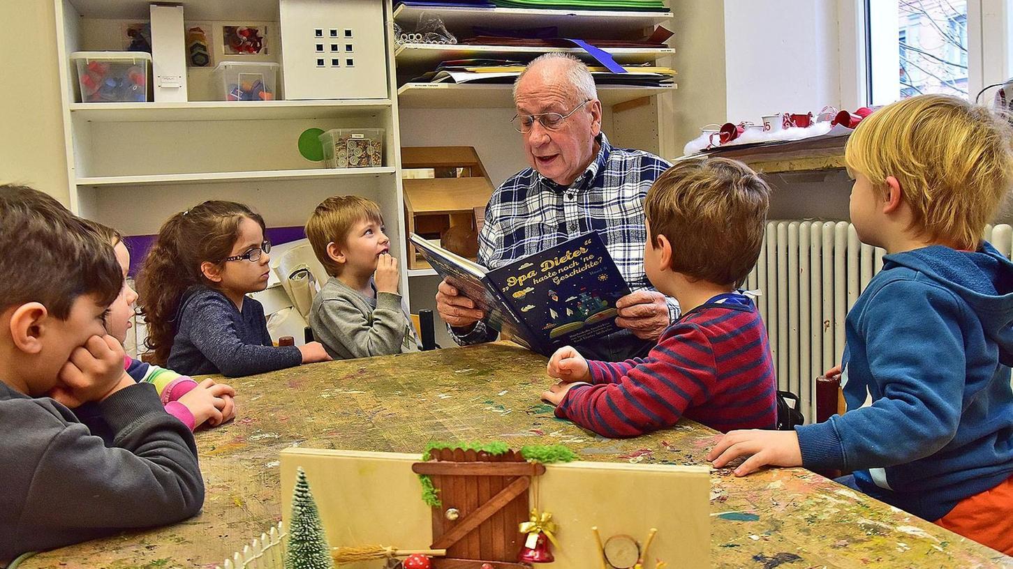 Die Kinder hören gespannt zu, wenn ihnen Opa Dieter aus seinem Buch vorliest.