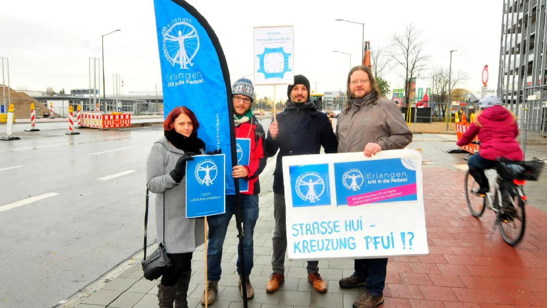 """Mitglieder der Initiative """"Radentscheid Erlangen"""" wollen, dass die Stadt noch fahrradfreundlicher als bisher wird. In der Günter-Scharowsky-Straße kritisieren sie die für Radfahrer zeitraubende Kreuzung."""