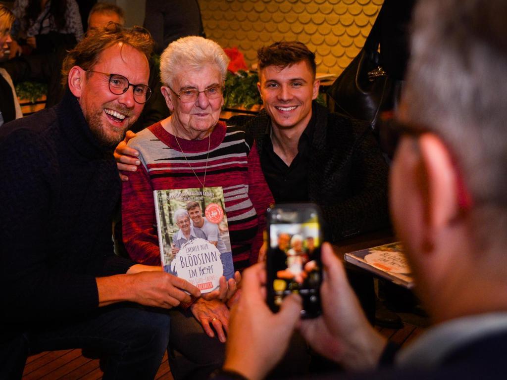 Oma Lisbeth und Enkel Christian (rechts) waren ein beliebtes Fotomotiv für Fans und Freunde bei der Vorstellung ihres Kochbuchs bei Mondo Eatery in der Königstraße. Im Internet ist das herzliche Duo aus Franken ein Renner.