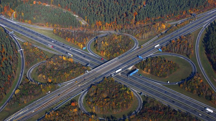 Richtig ernst wird es beim schon 2019 begonnenen Ausbau des Autobahnkreuzes Nürnberg-Ost, dem Schnittpunkt von A6 und A9 zwischen Feucht, Altenfurt und Fischbach. 2021 und 2022 sind hier die größten Einschränkungen während der Bauzeit zu erwarten. Auf 2,5 Kilometern Länge wird die Hauptfahrbahn in Richtung München ausgebaut.
