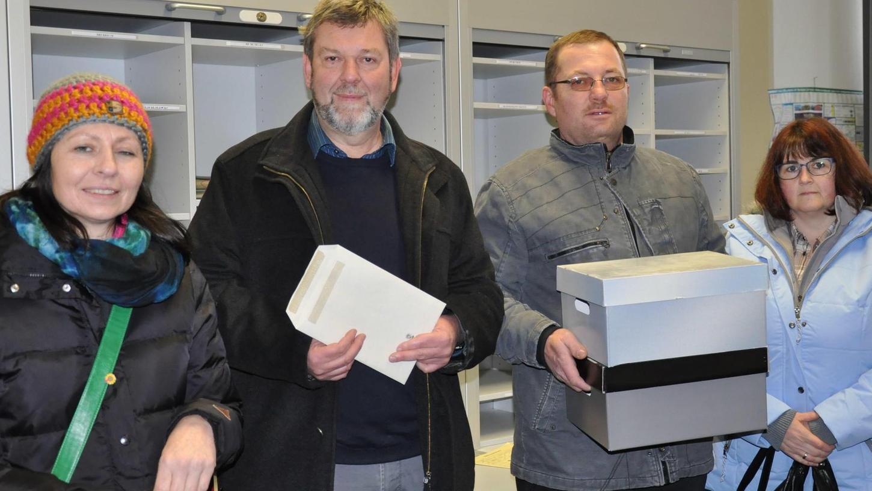 Der Sprecher der Interessengemeinschaft, Matthias Eischer, und einige Mitstreiter gaben die Einwände von 177 Bürgern gegen eine Ortsumgehung von Merkendorf eigenhändig in der Poststelle der Regierung von Mittelfranken ab.