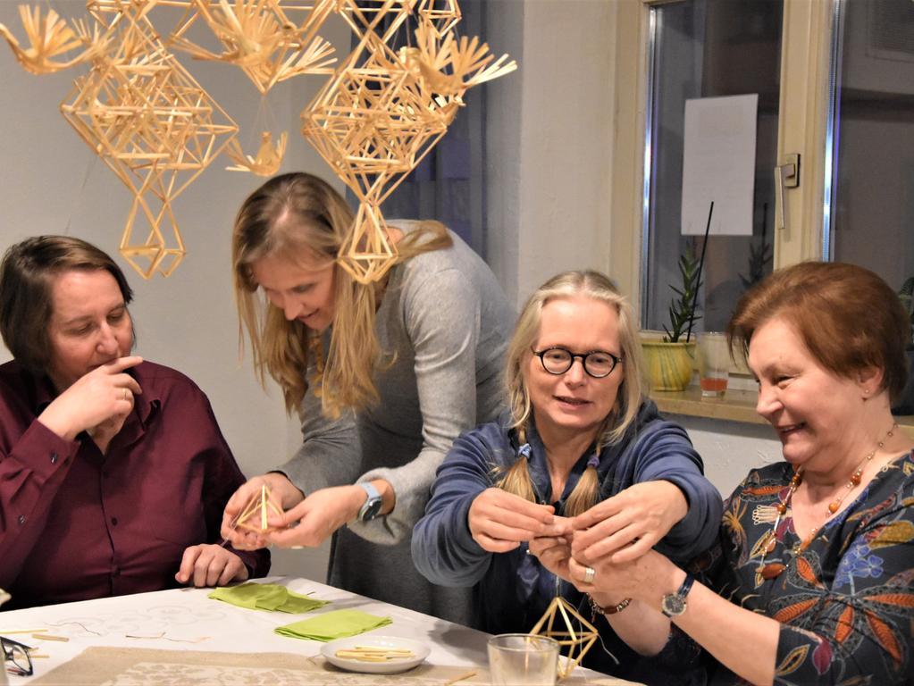 """Kunstvolles Basteln mit Stroh — ein Beispiel dafür ist das an der Decke hängende """"Mobile"""" — ist lettische Tradition und wurde nach dem Essen gleich ausprobiert."""