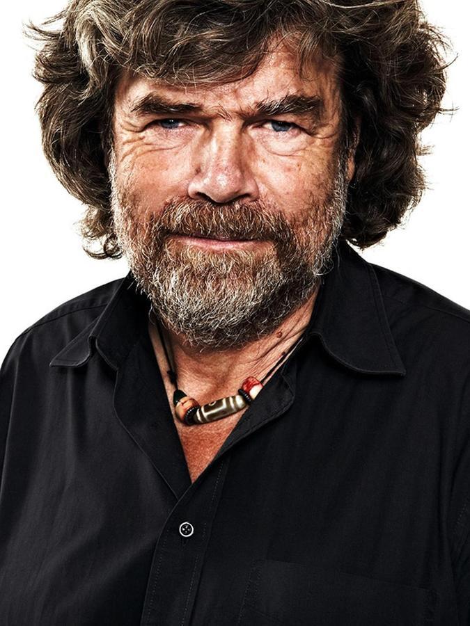 Reinhold Messner, 1944 in Südtirol geboren, bestieg bereits als Fünfjähriger in Begleitung seines Vaters den ersten Dreitausender. Nach seinem Technik-Studium arbeitete er kurze Zeit als Mittelschullehrer, ehe er sich ganz dem Bergsteigen verschrieb. Es folgte ein Leben als Grenzgänger und Geschichtenerzähler. Von 1999 bis 2004 war Messner Mitglied des Europäischen Parlaments.