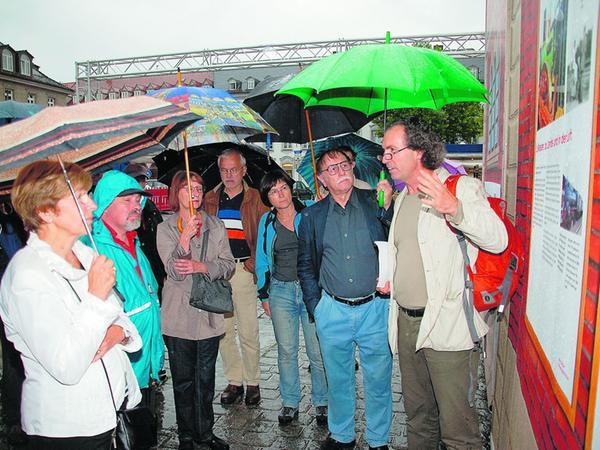 Stadtheimatpfleger Alexander Mayer (rechts) informiert trotz Regens die interessierten Besucher des Ludwigsbahnhofs.