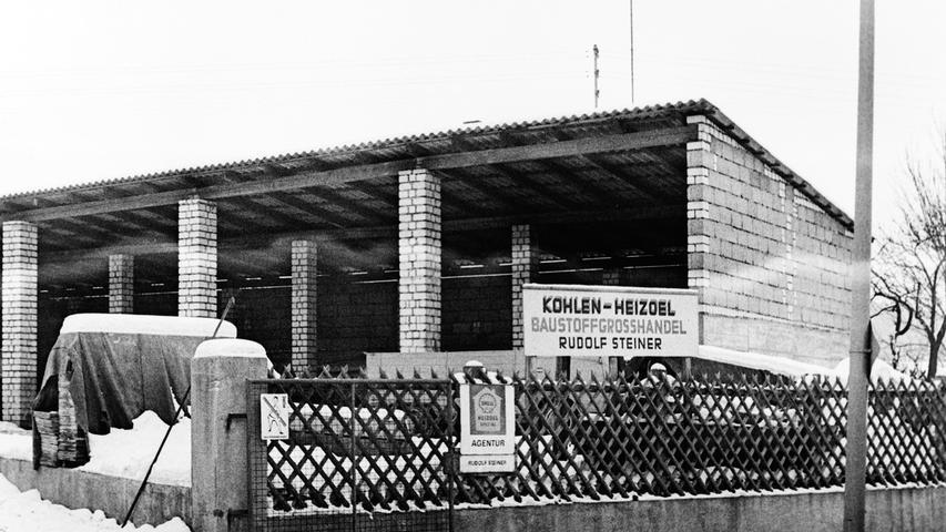Vor 50 Jahren schloss der Kohlen-, Heizöl- und Baustoff-Großhandel Rudolf Steiner in der Pegnitzer Bahnhofstraße für immer seine Pforten. Der Inhaber, der sein Geschäft schon unmittelbar nach dem Krieg im Jahr 1946 in Nachbarschaft des früheren BayWa-Lagerhauses eröffnet hatte, sah sich aus gesundheitlichen Gründen zu diesem Schritt gezwungen. Nachdem wenig später auch das Gebäude der BayWa abgerissen wurde, entstand dort ein Wohn- und Geschäftshaus, in dem heute unter anderem der diska-Einkaufsmarkt untergebracht ist.