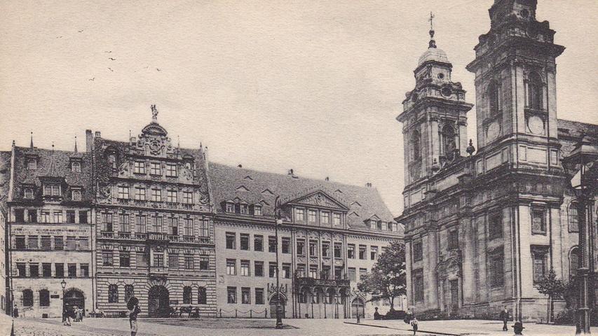 Am 2. Januar 1945 zerstörten britische Bomben die komplette Nürnberger Altstadt. Dabei starben 1850 Menschen, 100.000 verloren ihr zu Hause. Tausende Tonnen Sprengmaterial wurden über der Innenstadt abgeworfen. Die Trümmer der Nürnberger Wahrzeichen werden zum Abbild einer vom Krieg gezeichneten Gesellschaft. Die Fotos des Stadtarchivs Nürnberg zeigen die verheerenden Schäden. Die Aufnahme zeigt das Pellerhaus und die Kirche St. Egidien vor 1905.