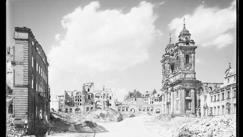 Nach den Bombenangriffen ist der Platz kaum mehr zu erkennen. Diese Aufnahme zeigt die Häuser und die Egidienkirche im Jahr 1947.
