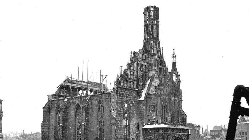 Im Winter 1947 sind längst nicht alle Schuttberge rund um den Hauptmarkt beseitigt. Das Dach der Frauenkirche wurde komplett zerstört.