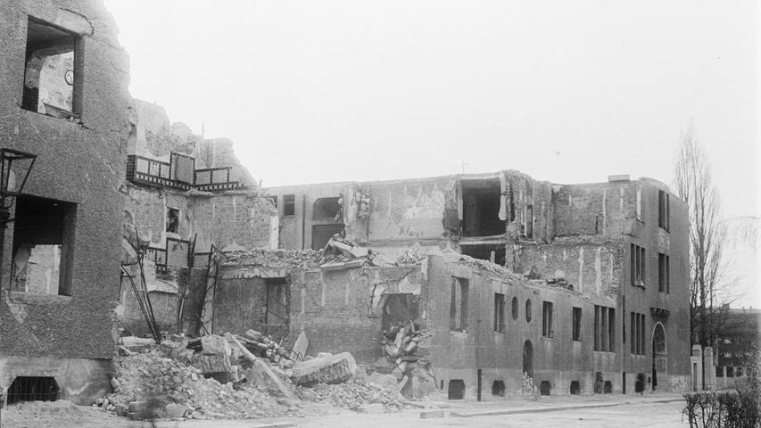 Auf dem Foto aus dem Jahr 1946 ist das zerstörte Schulgebäude zu sehen.