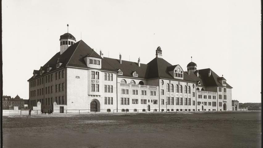 Dieses Foto aus den 1910er Jahren zeigt die Herschelschule am Herschelplatz in der Südstadt.