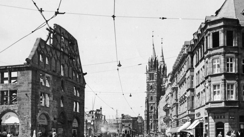 Nach 1945 ist die Mauthalle nur noch in Teilen erhalten. Kriegsspuren zeichnen die Häuser entlang der Prachtstraße.