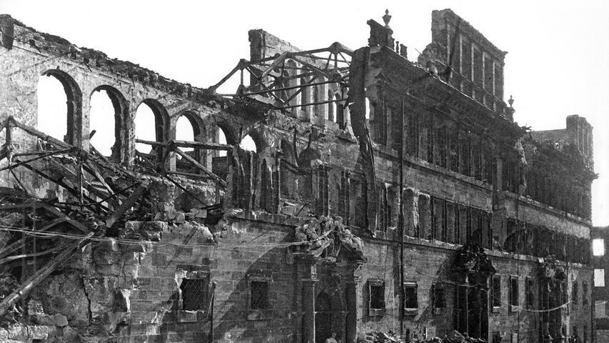 Nach 1945 stehen nur noch die Mauern des Gebäudes. Später wurde der Bau wieder errichtet.