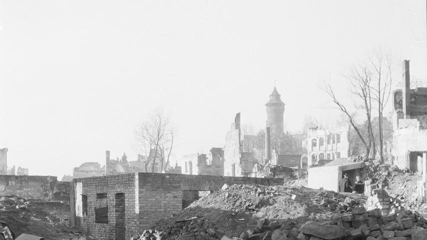 Die Bomben machten das Fachwerkhaus dem Erdboden gleich. Dieses Foto zeigt den Platz 1954.